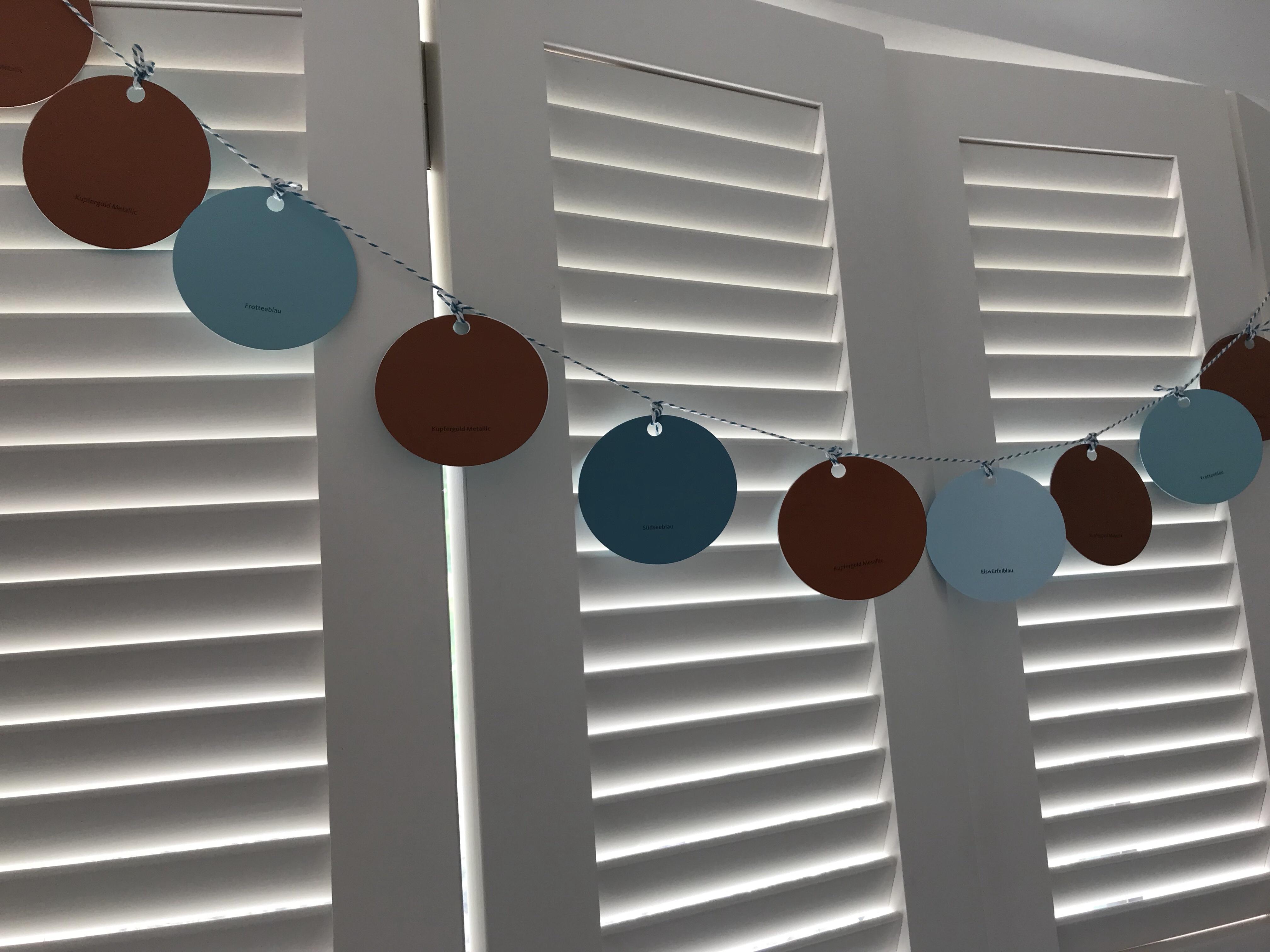 DIY-Girlande aus Farbkarten basteln. Schnell, einfach und günstig. #Girlande, #Chalet8