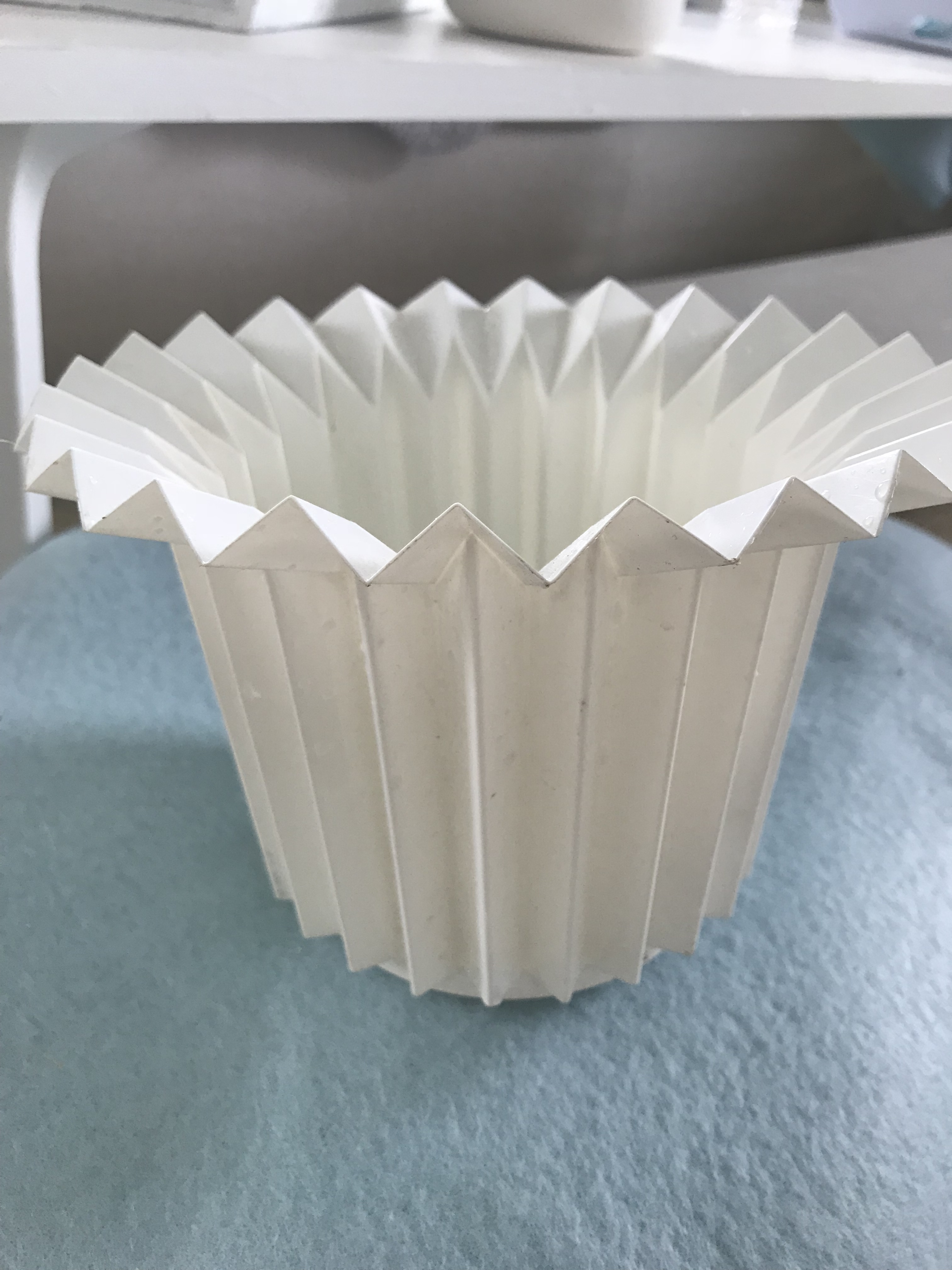 Blumentopf aus Plastik. Ausgangsmaterial für DIY Blumentopf aus Beton.