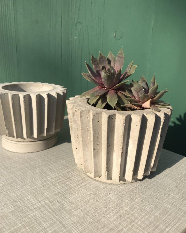 Blumentopf aus Beton in Origamioptik