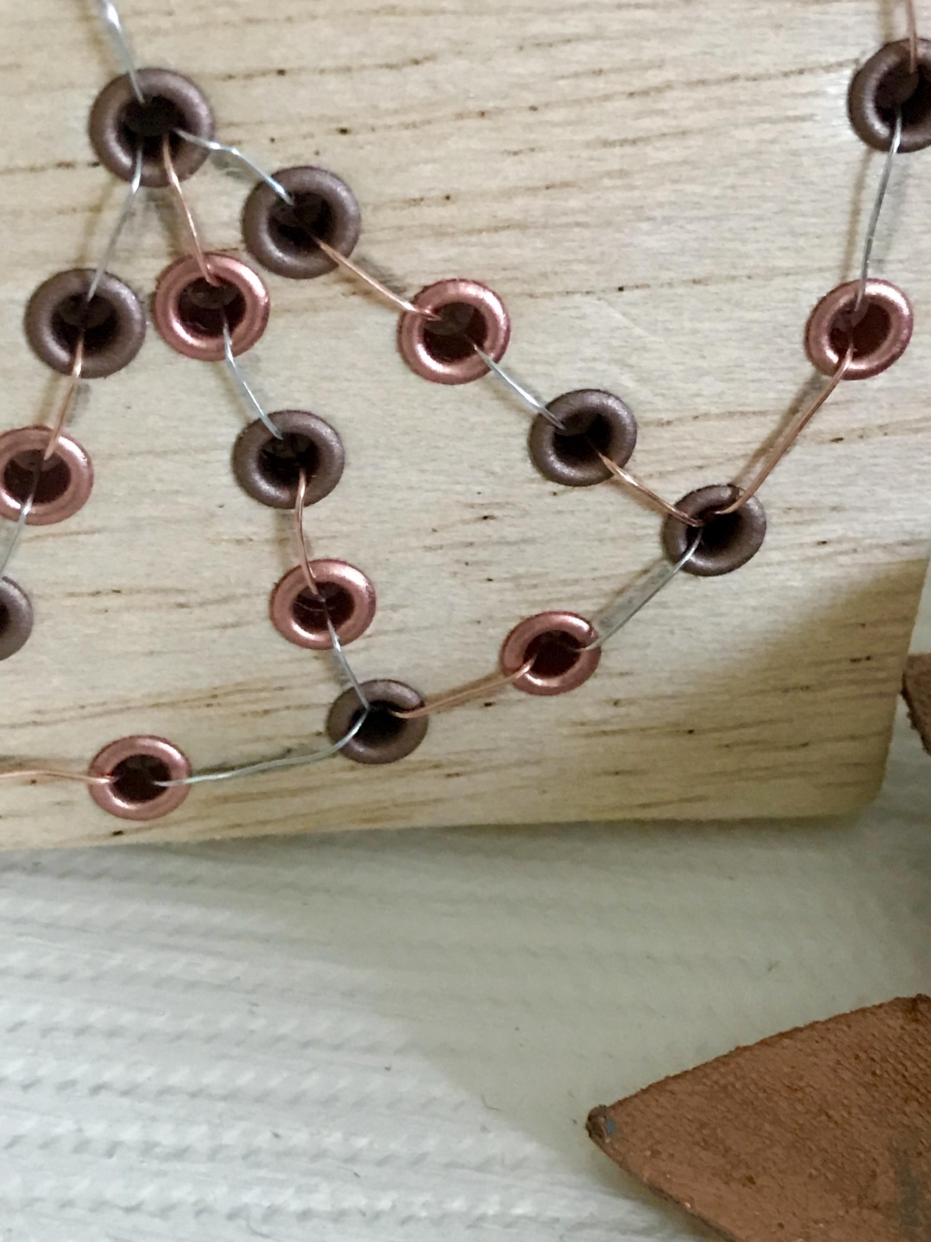 Peace-Symbol mit Eyelets in Balsaholz gezaubert, Kleines, feines DIY mit Kupferösen basteln. #Chalet8, #Peace