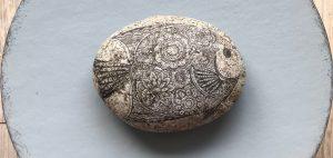 Steintattoo, Steine mit Serviettentechnik verschönern.Trick: Serviettentechnik auf Steinen, auch wenn keine passenden Serviette vorhanden sind. #chalet8, #steine