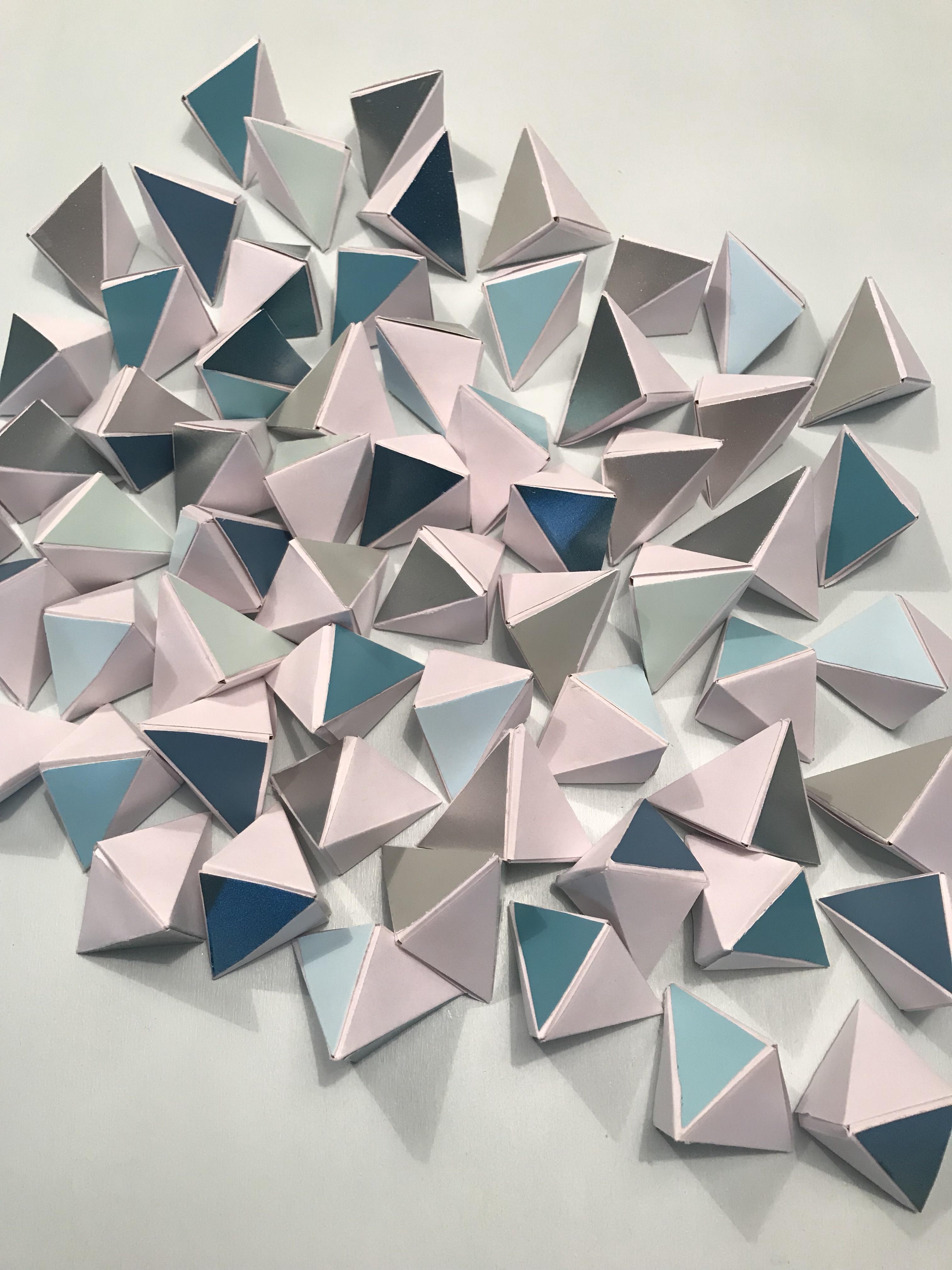 Eiswürfel aus Papier und Farbkarten ergeben ein cooles 3D Wandbild. Kunst selber machen. #Chalet8, #3DBild
