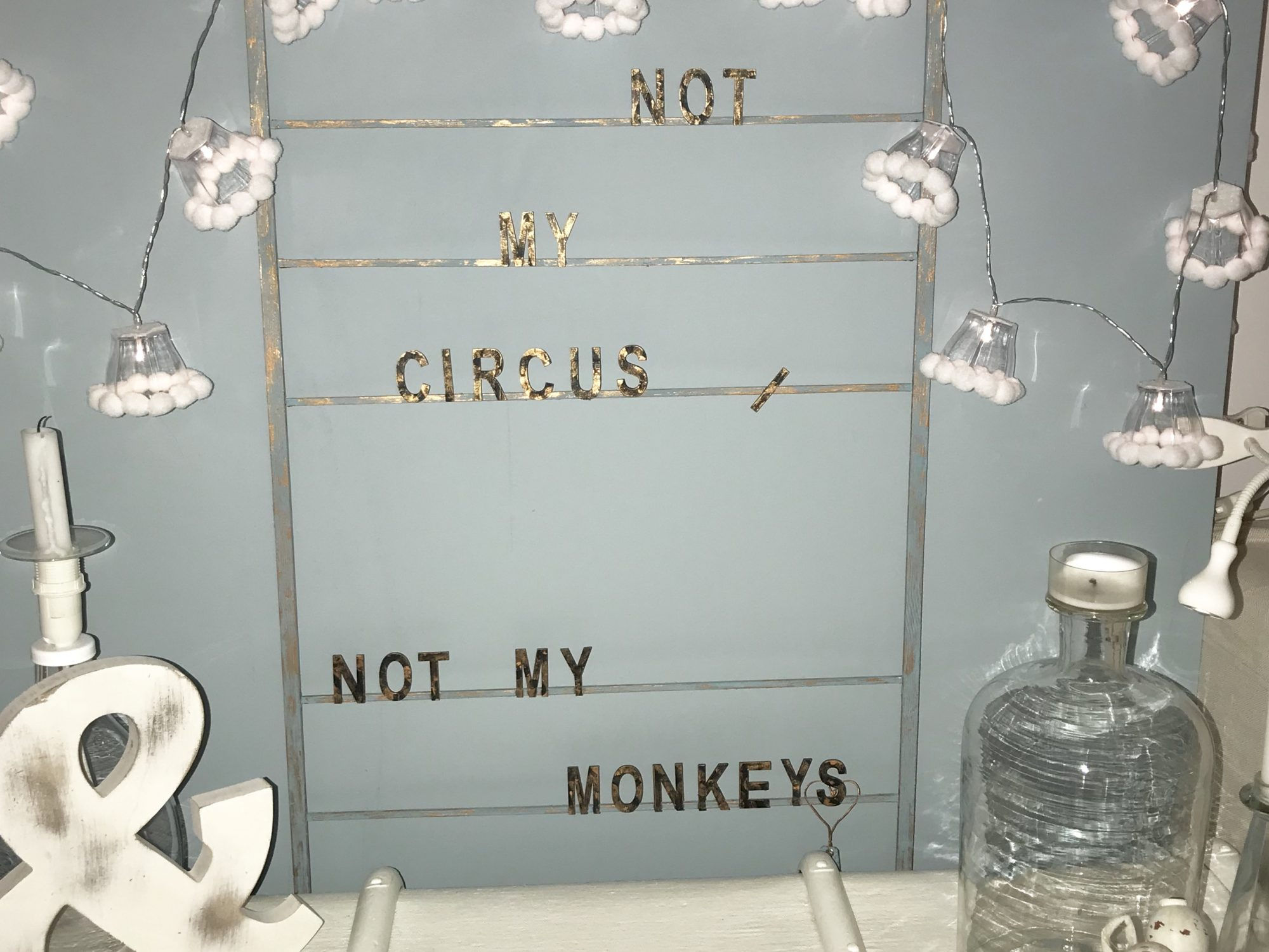 DIY: Lichterkette mit Lampenschirmchen aus Partyschälchen und Filzbommeln