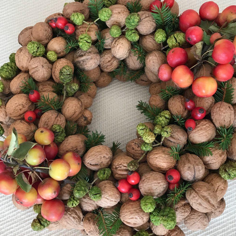 DIY: Nusskranz als Herbstdeko oder Winterdeko. Schöne Kranz Idee. #Chalet8, #Nusskranz