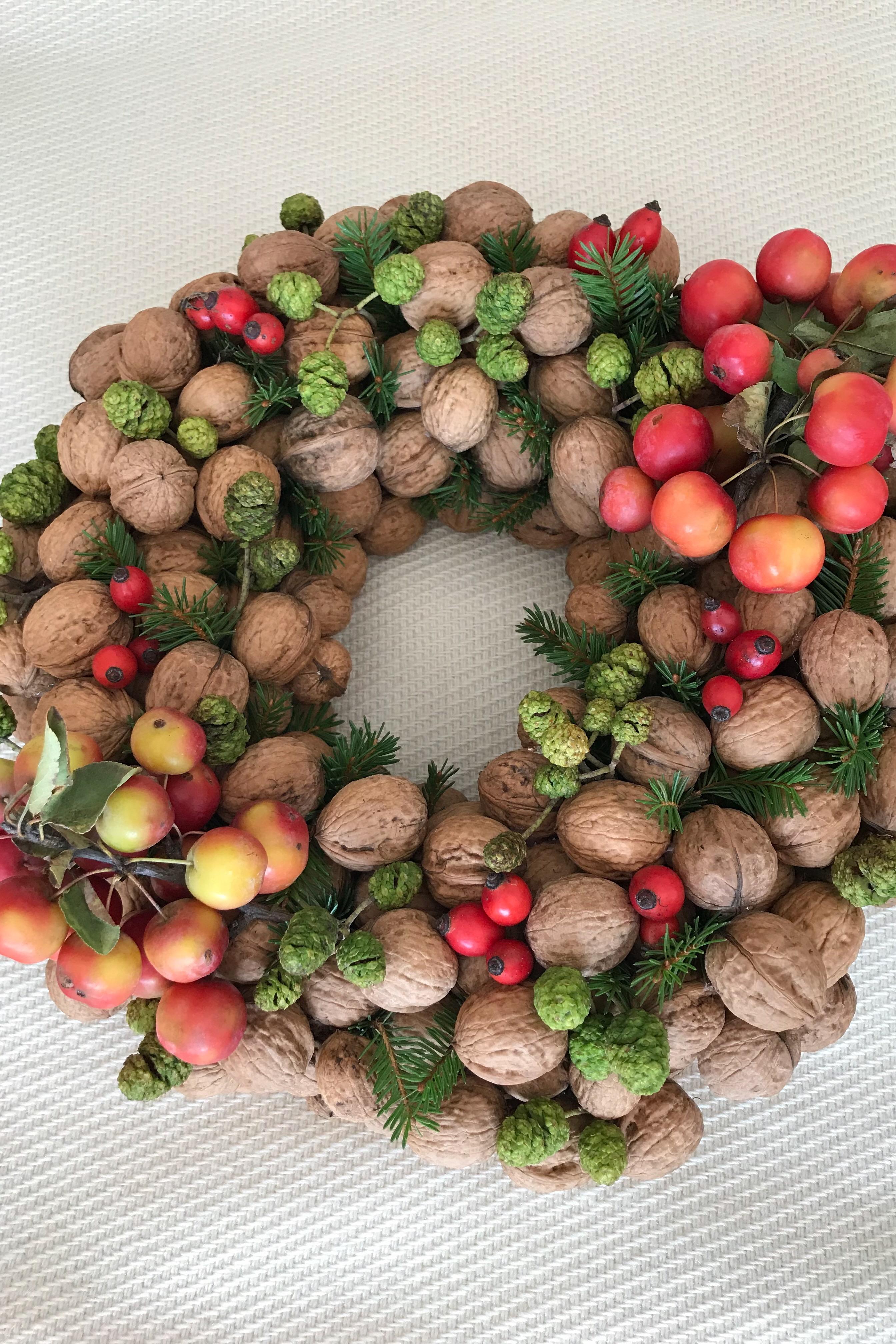 DIY: Nusskranz (Walnüsse, Zieräpfel, Hagebutten, grüne Zapfen und Tannengrün)