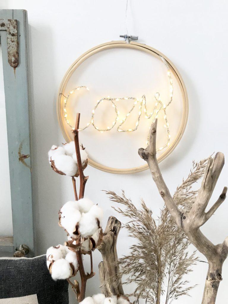 DIY: LED Schriftzug im Stickrahmen, Cozy, 10-Minuten-DIY für den Winter, DIY 10 minutes, Winterdeko, DIY, Winter, Deko, #Chalet8, #10MinutenDIY