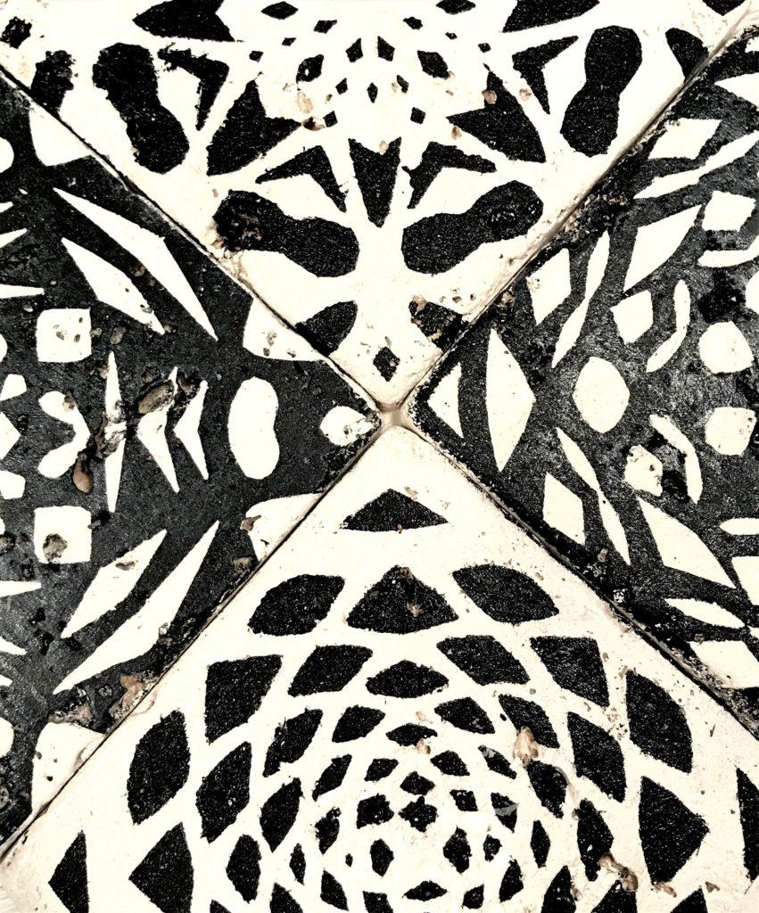 Topfuntersetzer aus Fliesen, die mit Schablonen aus Scherenschnitten gestaltet wurden, #Chalet8, #ScherenschnittFliesen