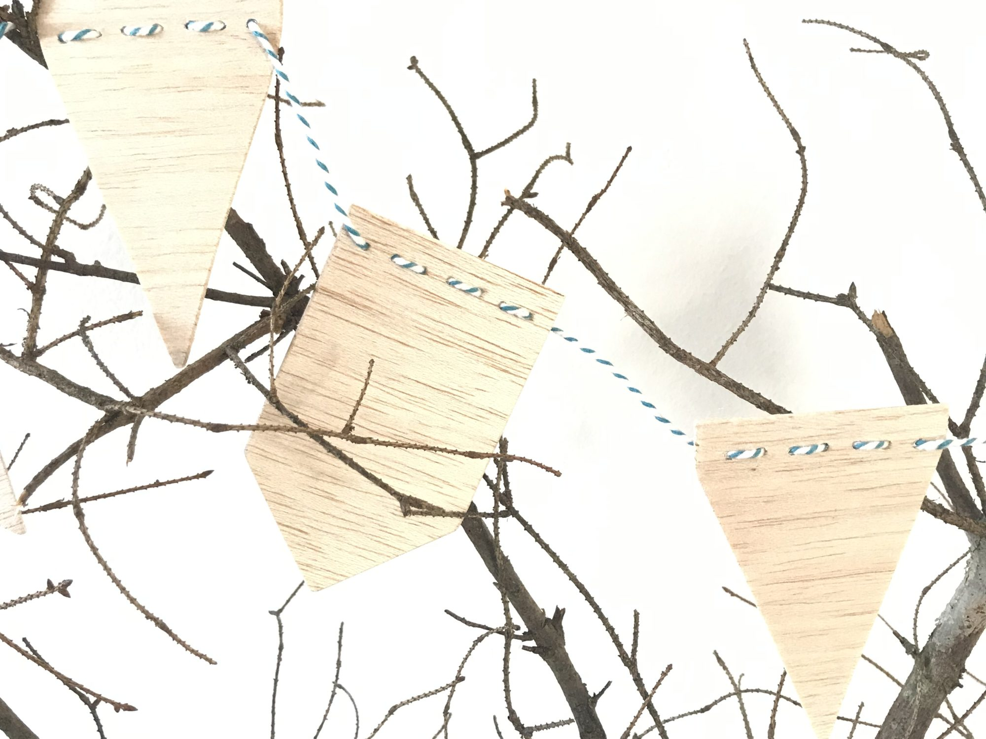 Wimpelgirlande aus Balsaholz basteln, Basteln mit Holz, Girlande selber machen, #Chalet8, #Girlande