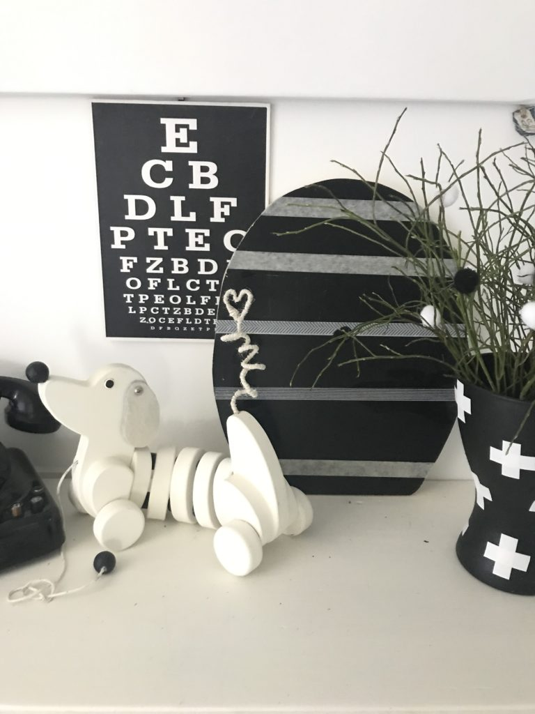 Chalet8/ Kreativ Blog/ Osterei aus Holz mit 2 verschiedenen Seiten/ Schwarze Seite mit Tafelfarbe / Osterdeko/ Oster Idee