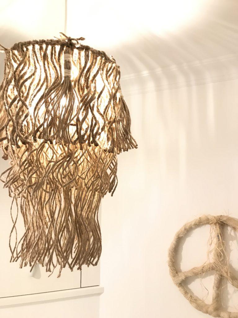 DIY Boho Lampe mit Jutegarn selber machen. DIY , Lampe, Lüster, Boho, Fransen, Jutegarn, Blog, #Chalet8, #NaturalBoho. #Zottelmonster