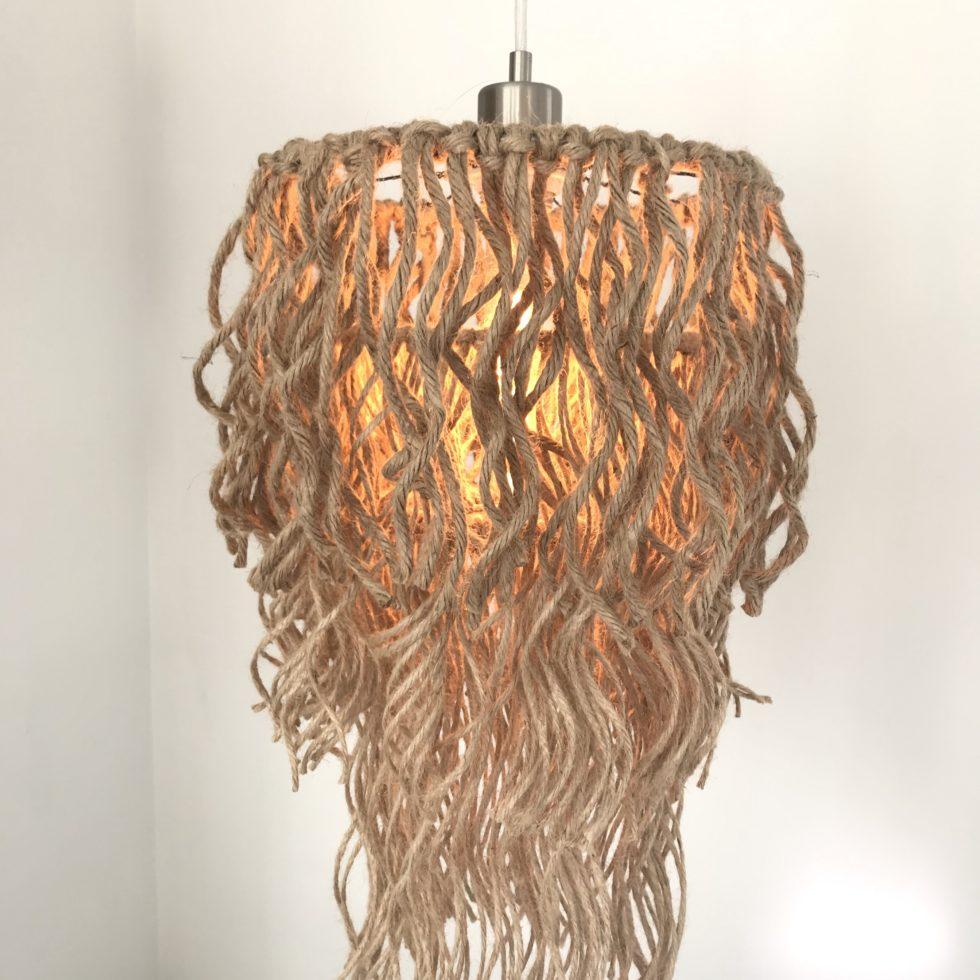 DIY Boho Lampe mit Jutegarn selber machen. DIY , Lampe, Lüster, Boho, Fransen, Jutegarn, Blog, Bastelanleitung, #Chalet8, #NaturalBoho , #Zottelmonster