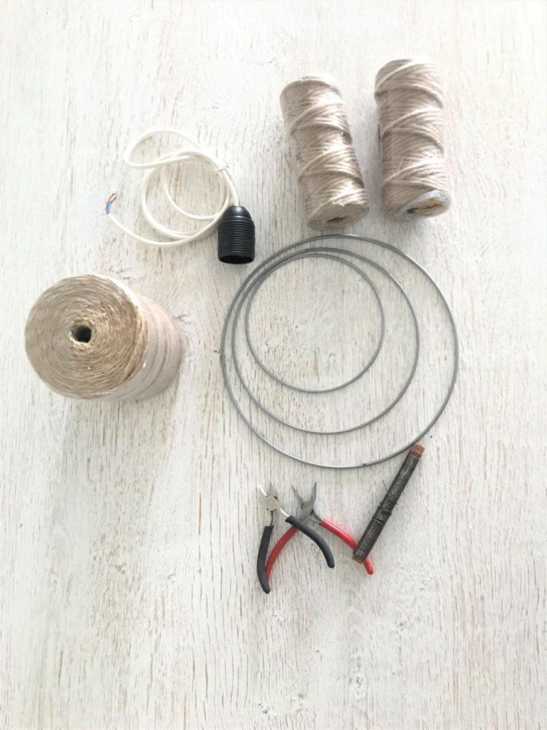 DIY Boho Lampe mit Jutegarn selber machen. DIY , Lampe, Lampenring, Lüster, Boho, Fransen, Jutegarn, Blog, Bastelanleitung, #Chalet8, #NaturalBoho