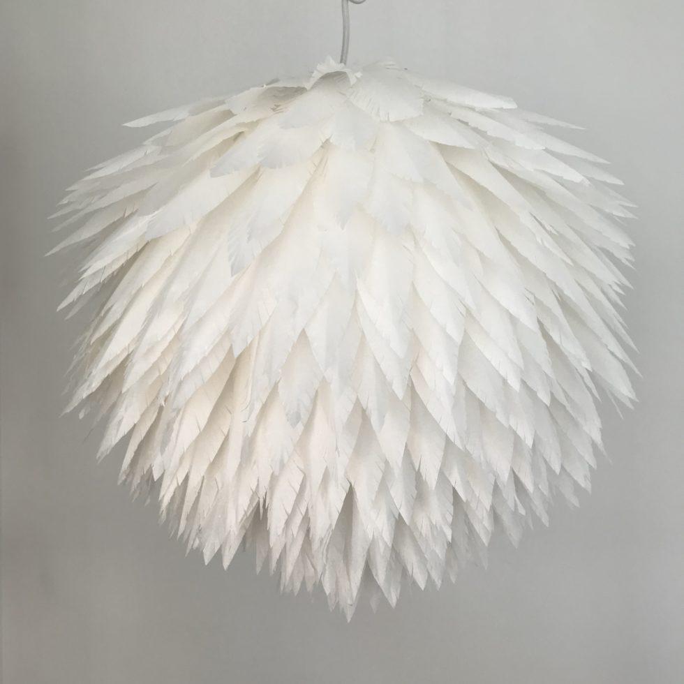 DIY: astelanleitung für eine Lampe aus Papierfedern. 'Das explodierte Huhn', DIY Lampe, kleiner Preis/ große Wirkung, Lampion, Lampen selber machen, Lampenschirm DIY, Basteln mit Papier, DIY Blog, Chalet8, #Chalet8, #DasExplodierteHuhn