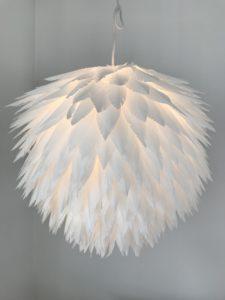 Bastelanleitung für eine Lampe aus Papierfedern. 'Das explodierte Huhn', DIY Lampe, kleiner Preis/ große Wirkung, Lampion, Lampen selber machen, Lampenschirm DIY, Basteln mit Papier, DIY Blog, Chalet8