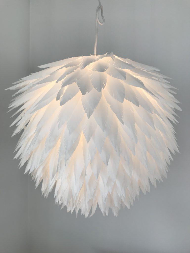 Bastelanleitung für eine Lampe aus Papierfedern. 'Das explodierte Huhn', DIY Lampe, kleiner Preis/ große Wirkung, Lampion, Lampen selber machen, Papierlampe, Lampenschirm DIY, Basteln mit Papier, Feder, Papier-Lampe, DIY Blog, #Chalet8, #DasExplodierteHuhn