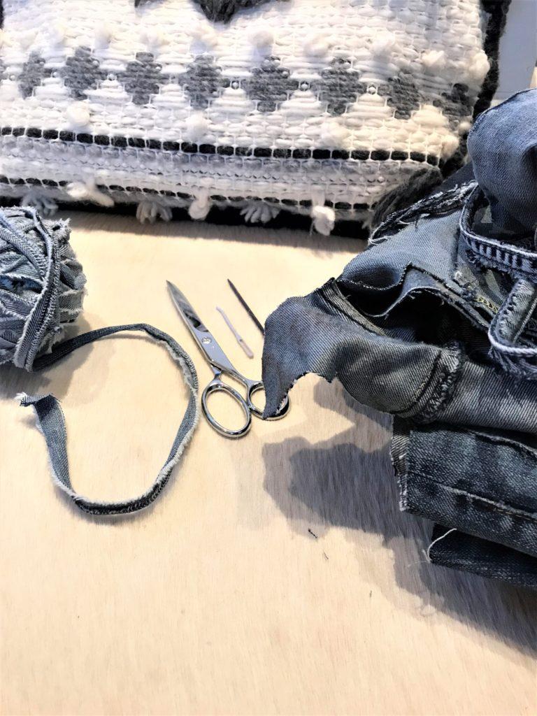 Ethno Kissen selber weben, Kissen ohne Nähen basteln, Kissen aus Jeans und Wolle. #Chalet8, #Jeanskissen