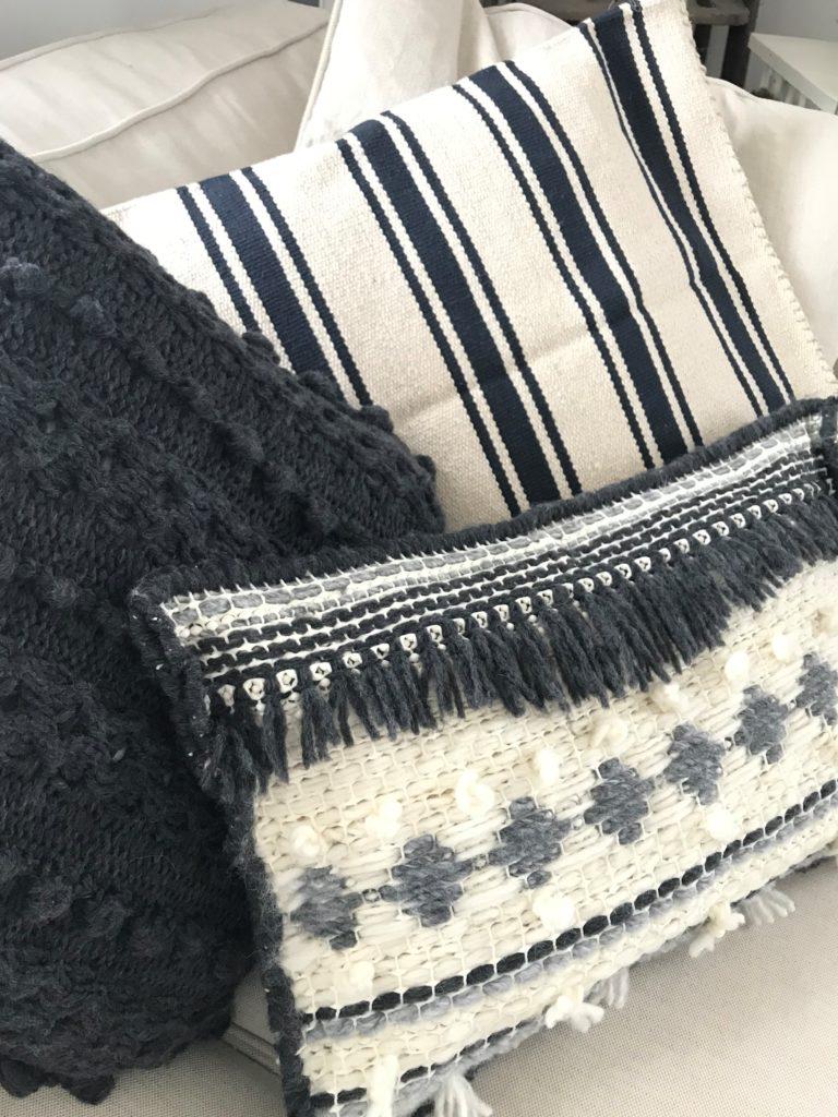 Trendiges Ethno Kissen selber machen aus Wolle, Jeans und Teppichmatte. Anleitung bei Chalet8, DIY-Blog.# Chalet8, #Jeanskissen