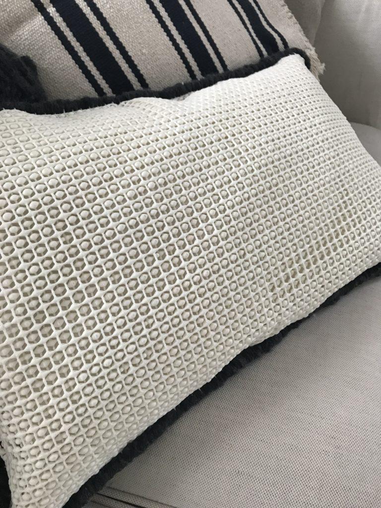 Trendiges Ethno Kissen selber machen aus Wolle, Jeans und Teppichmatte. Cooles Upcycling, Anleitung bei Chalet8, Kreativ Blog. #Chalet8, #Jeanskissen