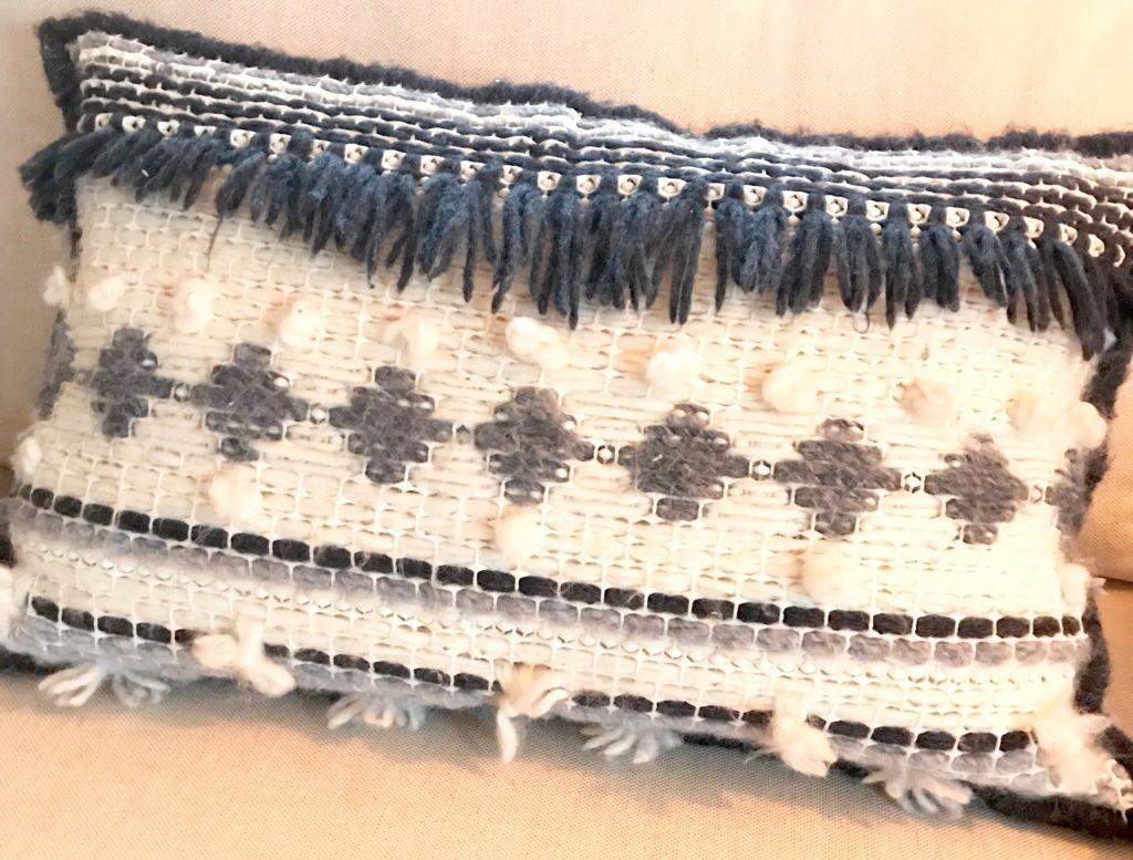 Trendiges Ethn Kissen selber machen aus Wolle, Jeans und Teppichmatte, Anleitung bei Chalet8, DIY-Blog. #Chalet8, #Jeanskissen