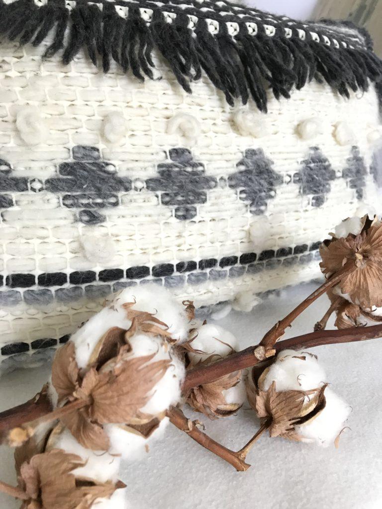 Trendiges Kissen selber machen aus Wolle, Jeans und Teppichmatte. Cooles Upcycling, Anleitung bei Chalet8, DIY-Blog.#Chalet8, #Jeanskissen