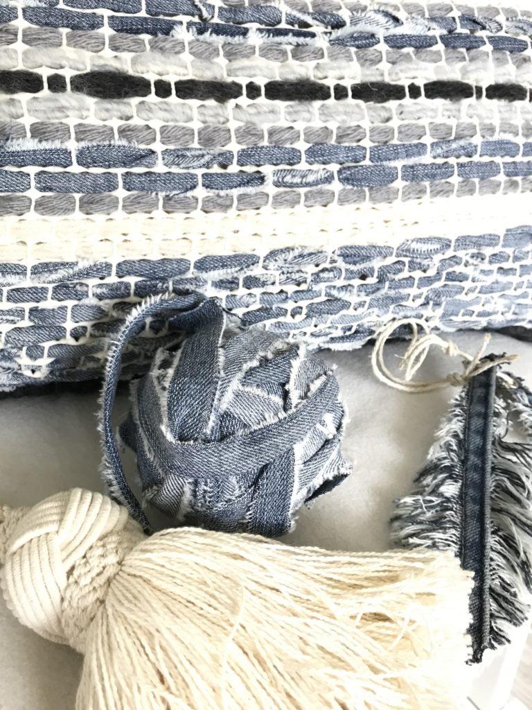 Trendiges Kissen selber machen aus Wolle, Jeans und Teppichmatte. Cooles Upcycling, Anleitung bei Chalet8, DIY-Blog. #Chalet8, #Jeanskissen