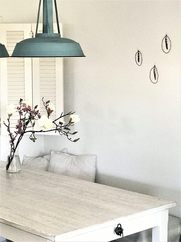 DIY- 10 einfache Oster-Ideen zum Selbermachen/ Chalet8/ DIY Blog/ Osterdekoration/ Osterei aud Draht mit Feder/ DIY/ Ostern