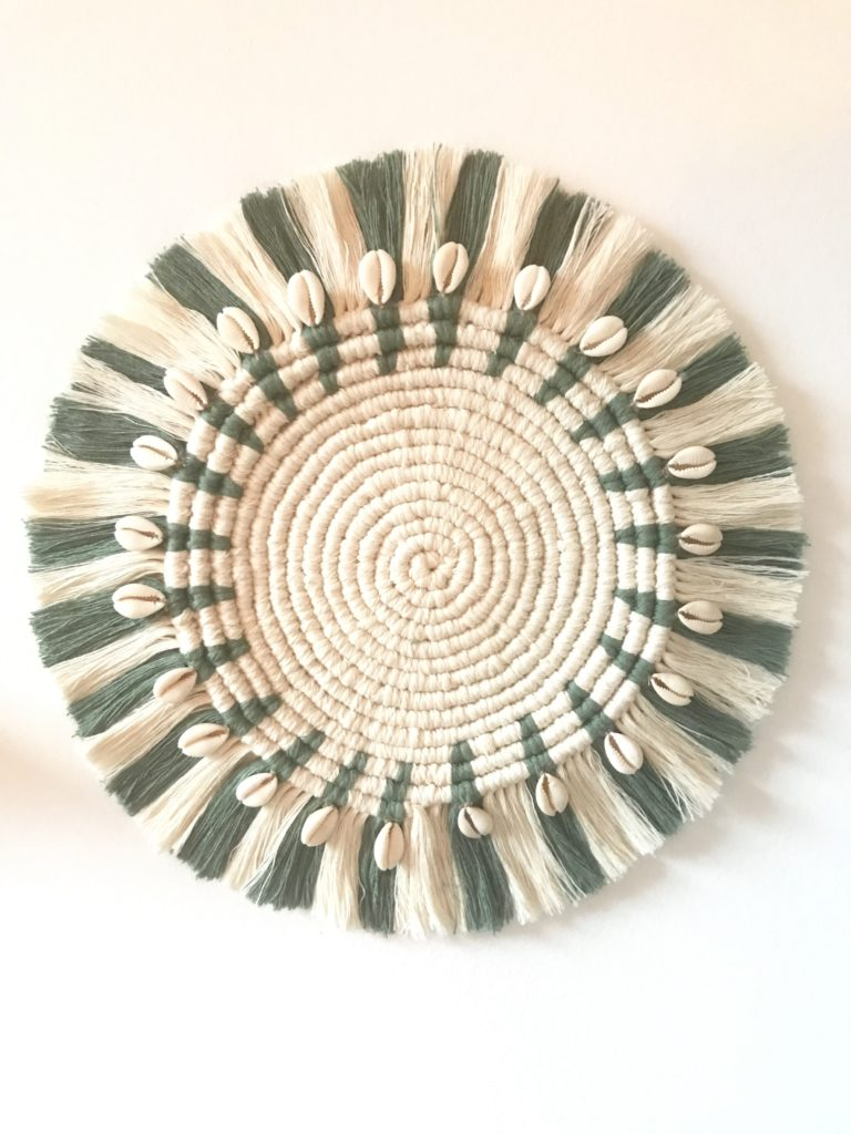 Makramee Tischset oder Wanddeko: einfache DIY Anleitung für Anfänger. Mit weißem und grünen Garn. #Makramee, #Chalet8