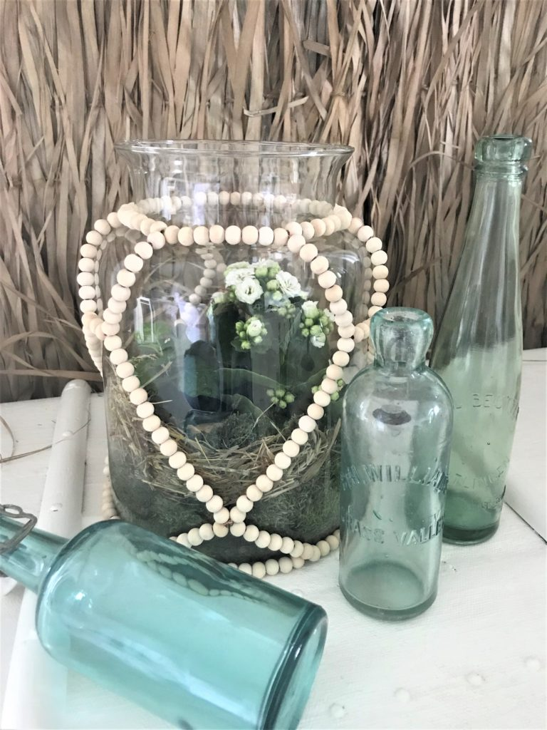Holzperlen Deko für großes Glasgefäß basteln., Windlichter, Vase, Miniterrarien dekorieren. Kreative Deko im Boho Stil. #holzperlen, #chalet8 #5blogs1000ideen