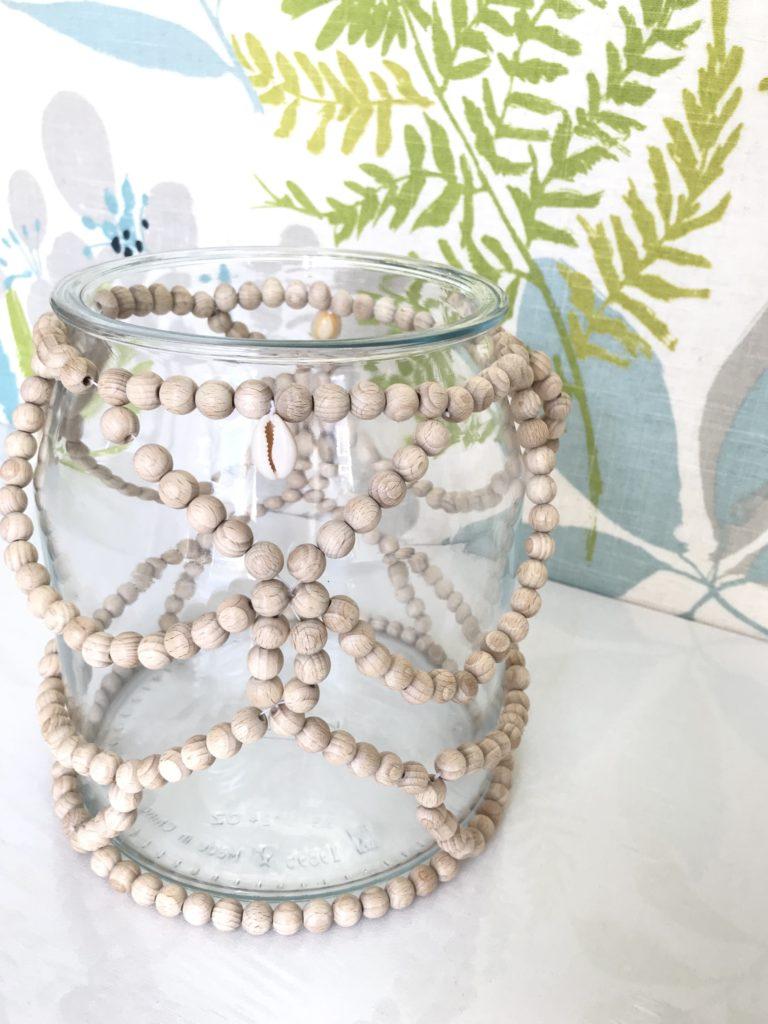 Holzperlen Deko für großes Glasgefäß basteln., Windlichter, Vase, Miniterrarien dekorieren. Kreative Deko im Boho Stil. #holzperlen, #chalet8