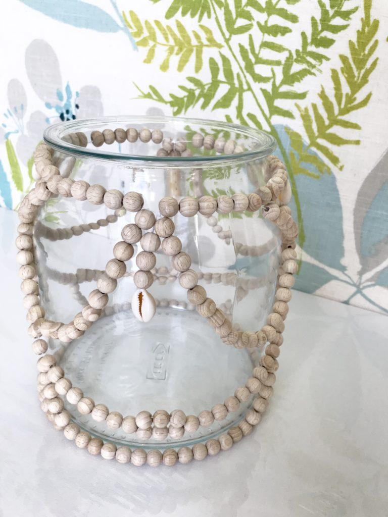 Holzperlen Deko für großes Glasgefäß basteln, Windlichter, Vase, Miniterrarien dekorieren. Kreative Deko im Boho Stil. #holzperlen, #chalet8