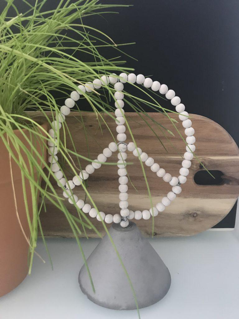 Deko mit Holzperlen. Peace Zeichen. Boho Deko. Wandelbar zum Herz oder Tannenbaum. Chalet8. #Chalet8, #10MinutenDIY