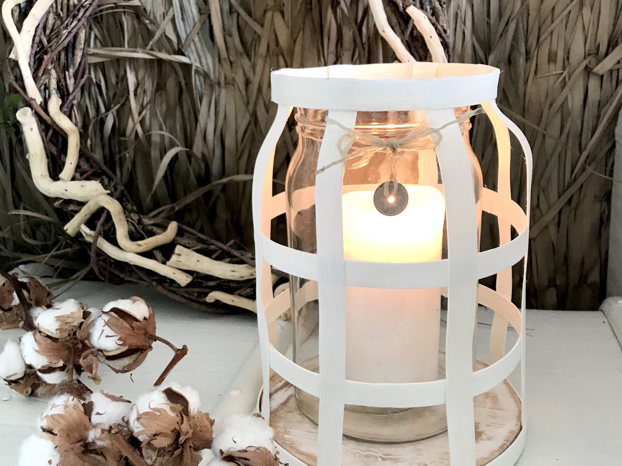 DIY: Großes Windlicht aus Rattan im Boho Stil selber machen. Sommerdeko, Herbstdeko, Winterdeko, Chalet8, Blog, DIY, Rattanband, Rattanstäbe, Rattan, Windlicht, Boho, Trend, Dekoration. #Chalet8, #Windlicht
