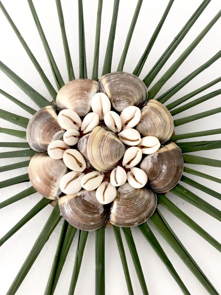 Selbstgemachte Wanddeko mit Muscheln und Schilf. Basteln mit Naturmaterialien. Maritime Deko. Muscheldeko.#Chalet8, #Muscheldeko