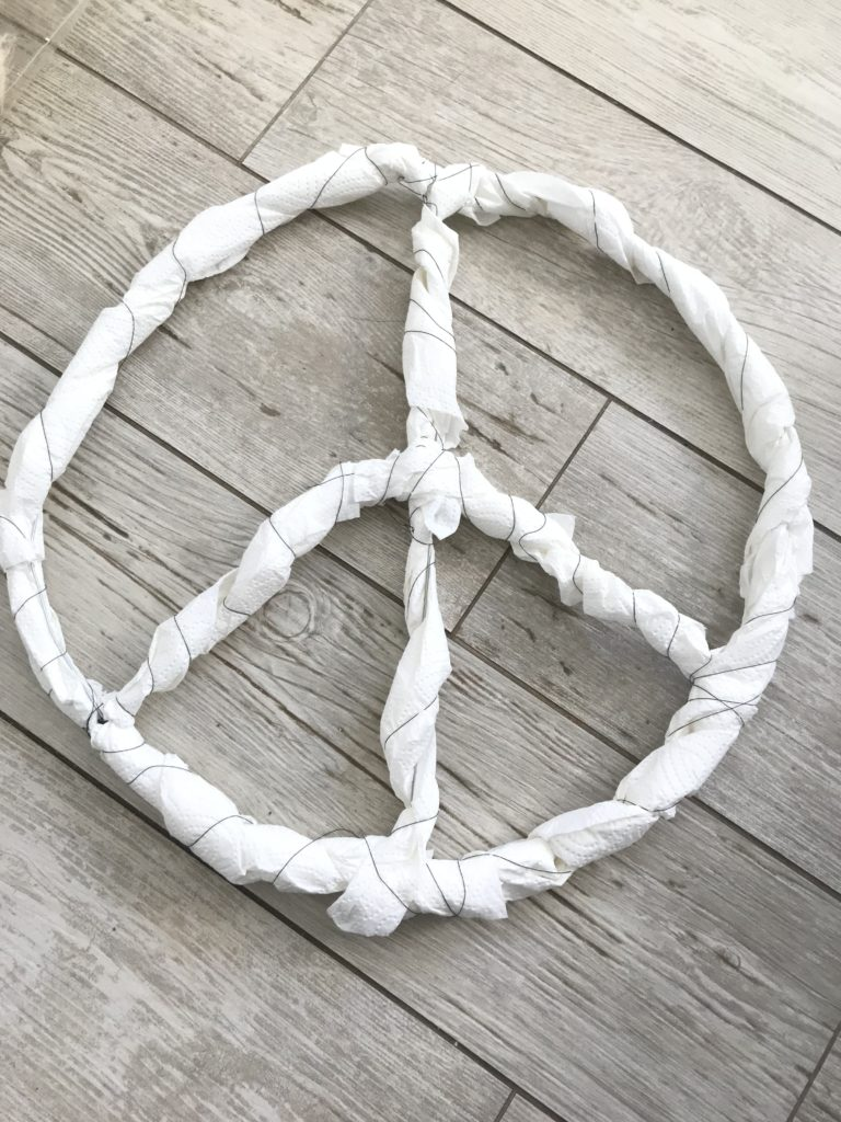 Peace Zeichen basteln. Einfach und schnell ein Peace Zeichen gestalten. Bastelanleitung. Zwschenergebnis.