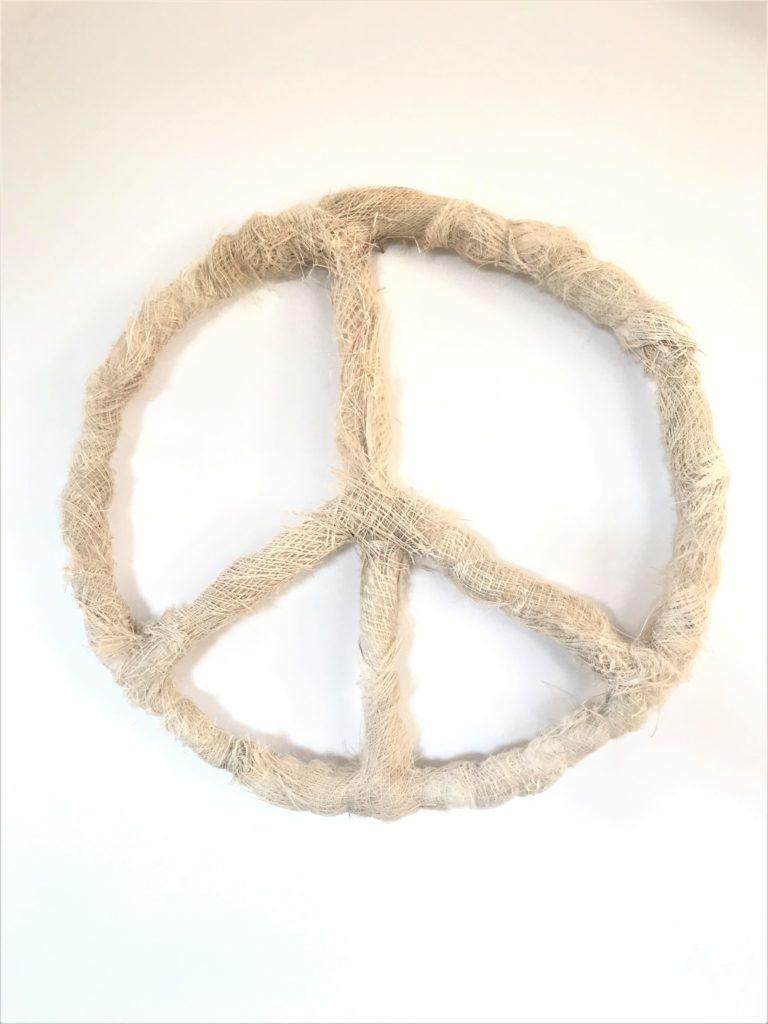 Peacezeichen aus Palmfasern basteln. Basteln mit Naturmaterial. Setze ein Zeichen. Natural Boho. #Chalet8, # Peacezeichen
