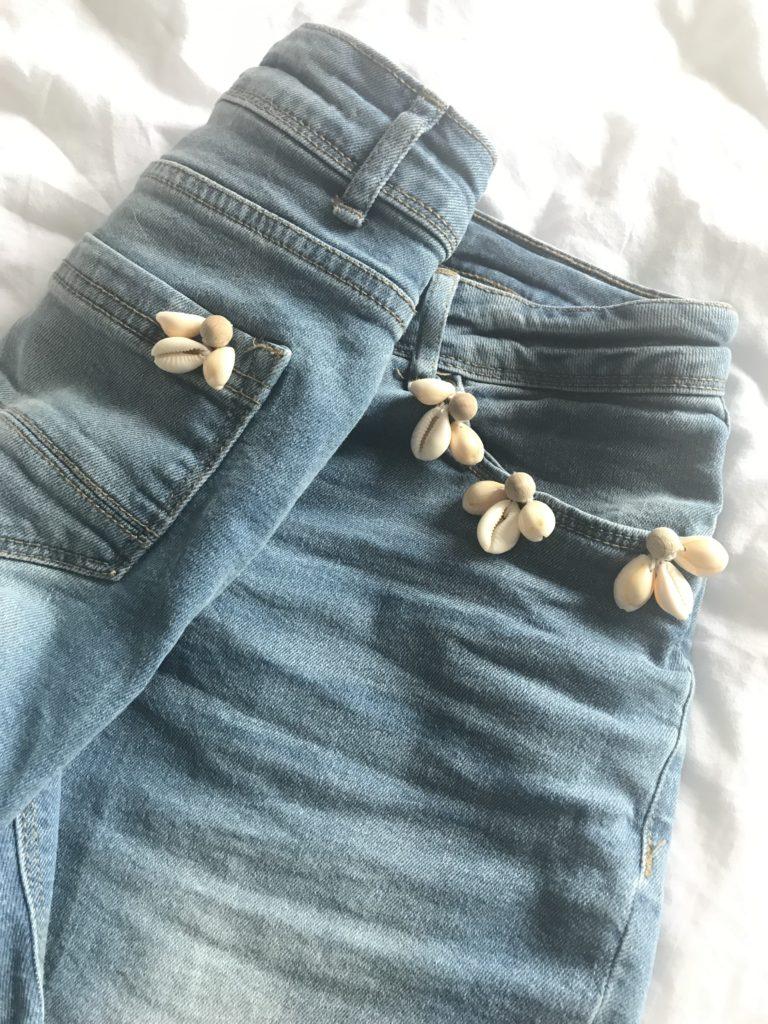 Sommeroutfit pimpen. Boho Summer Chic. Jeansshorts und Strohut mit Muscheln und Holzperlen aufmotzen, Natürlichen Schmuck aus Holzperlen und Muscheln basteln. #Chalet8