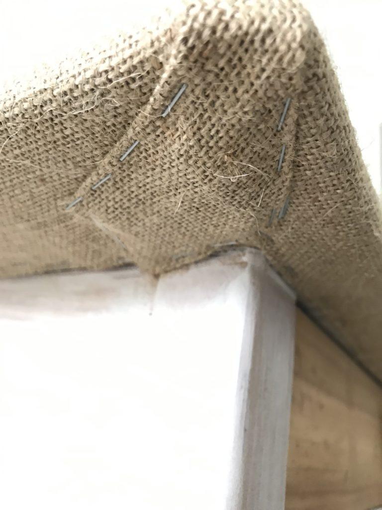 Upcycling Tischplatte: Tischplatte mit Rupfen betackern.