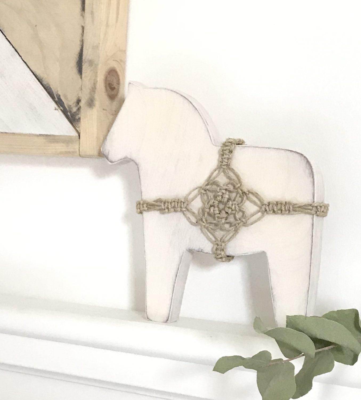 Dala Pferd mit Makramee Schmuck basteln. Anleitung für Dalapferd und Makramee. Basteln mit Holz. Makramee in Wort und Bild. #Chalet8 #Dalapferd