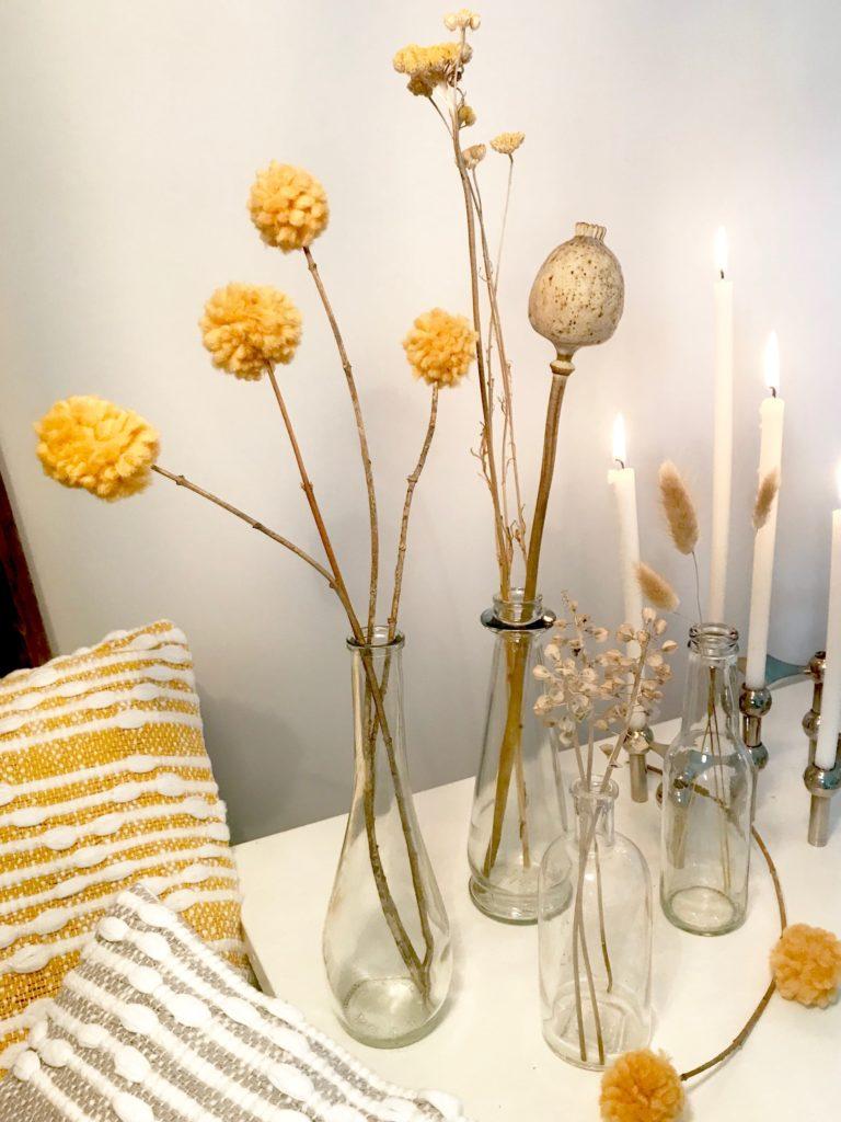 Craspedia/ Trommelstöckchen selber machen. Blumen basteln mit Naturmaterial. Curry, Kurkuma, Safran, Senf, egal wie ihr das Gelb-Orange nennt, es paast super zum Spätsommer und zur Herbstdeko. #chalet8 #Trommelstöckchen