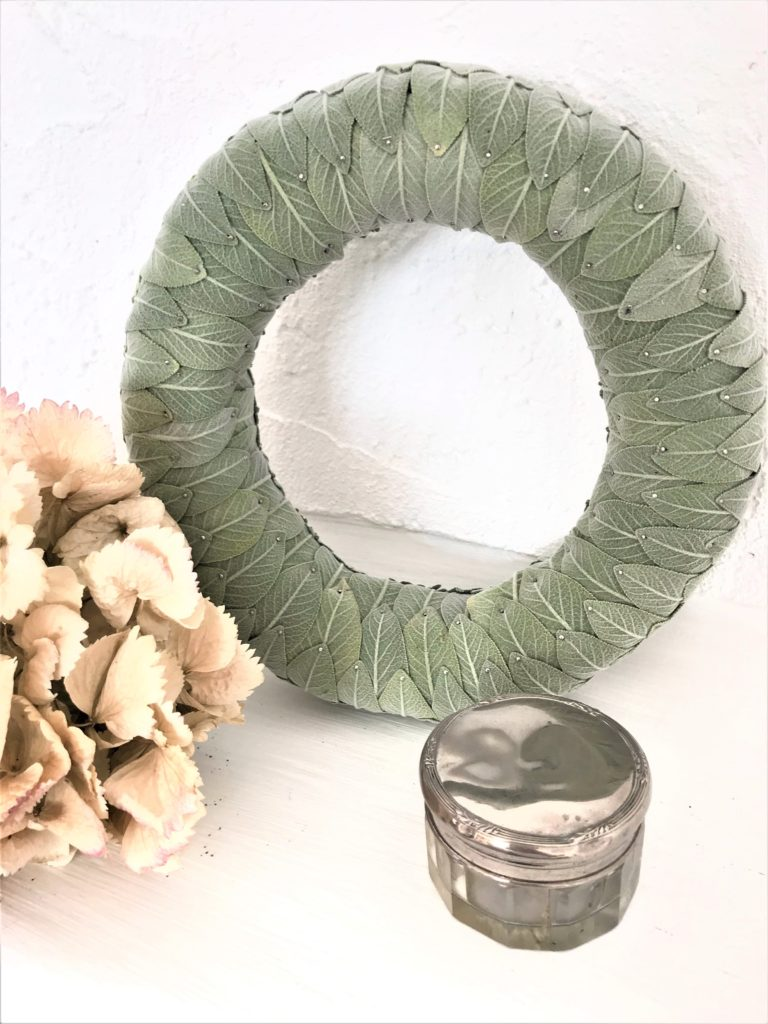 Anleitung für Herbst Kranz aus Salbeiblättern. Kranz Idee mit Salbei. Schönen Sablei Kranz einfach selber machen. Sage Wreath. #chalet8, #sage# Salbei #Kranz # wreath #kranzidee #herbstkranz