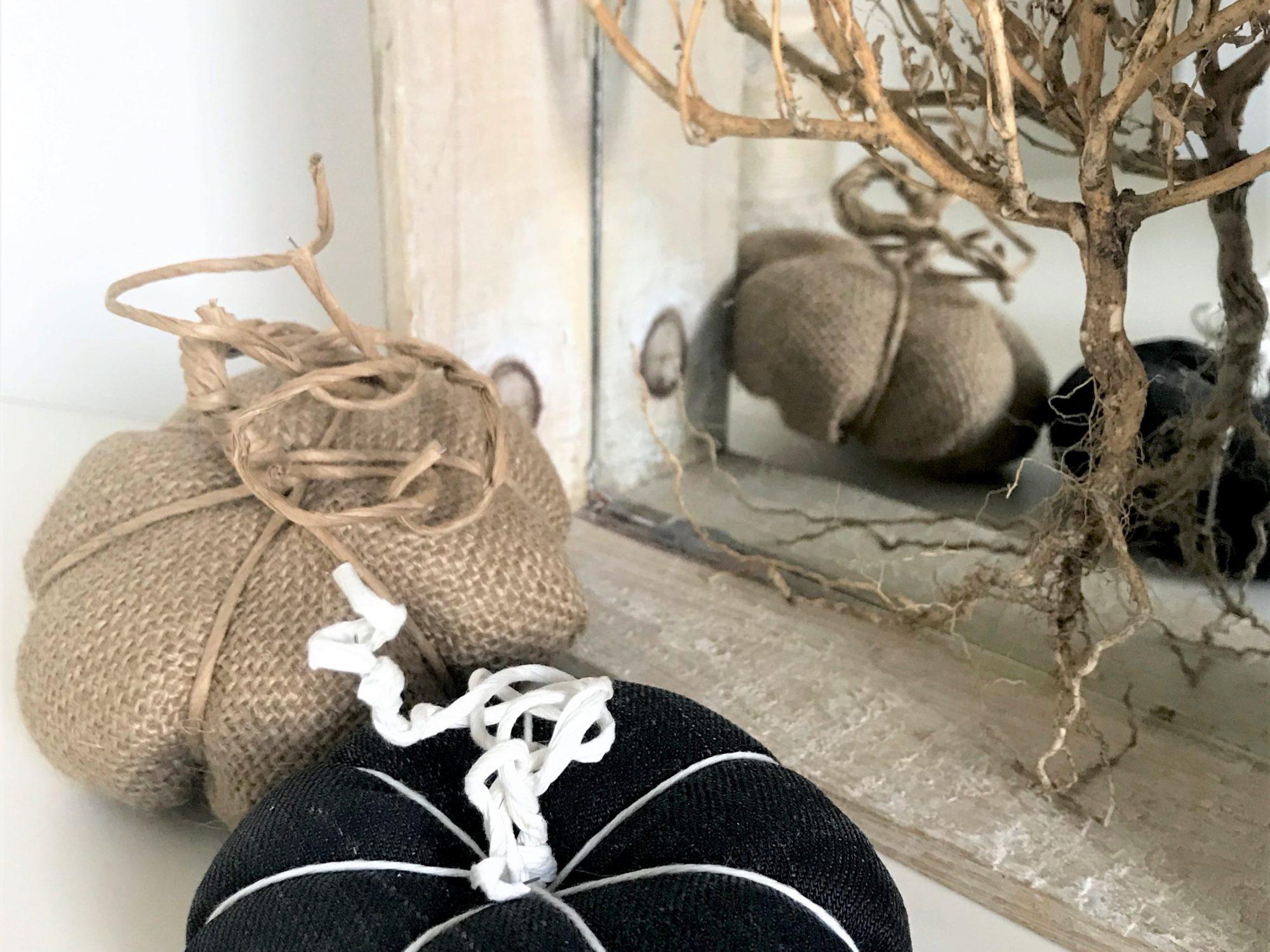 DIY Anleitung für Kürbis aus Stoff z.B. Jute oder Jeans. Schöne Herbstdeko einfach mit DIY selber machen. Einfaches Nähtutorial für Anfänger. Kürbis Deko für den Herbst. #Chalet8, #Herbst, #Kürbis, #einfach, #Nähanleitung.