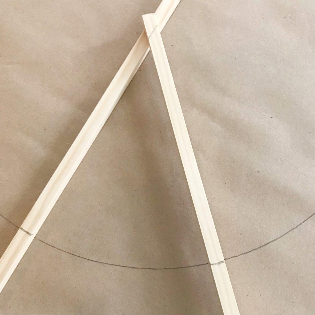 Peacezeichen aus Hula Hoop Reifen als Wanddeko, Hochzeitsdeko oder Geldgeschenk. Kranz Deko mit Schilf. #Chalet8 #Peacezeichen #Geldgeschenk #Schilf