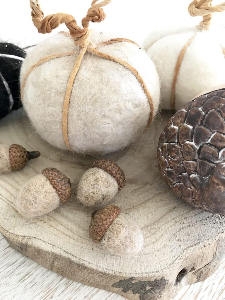 DIY: Filzen mit Hundewolle. Natürliche Herbst Deko selber machen. Prima Idee für Hunde. Upcycling von Hundehaaren. #Eicheln #Kürbis, #Herbst, #Chalet8, #Herbstdeko, #Filzen