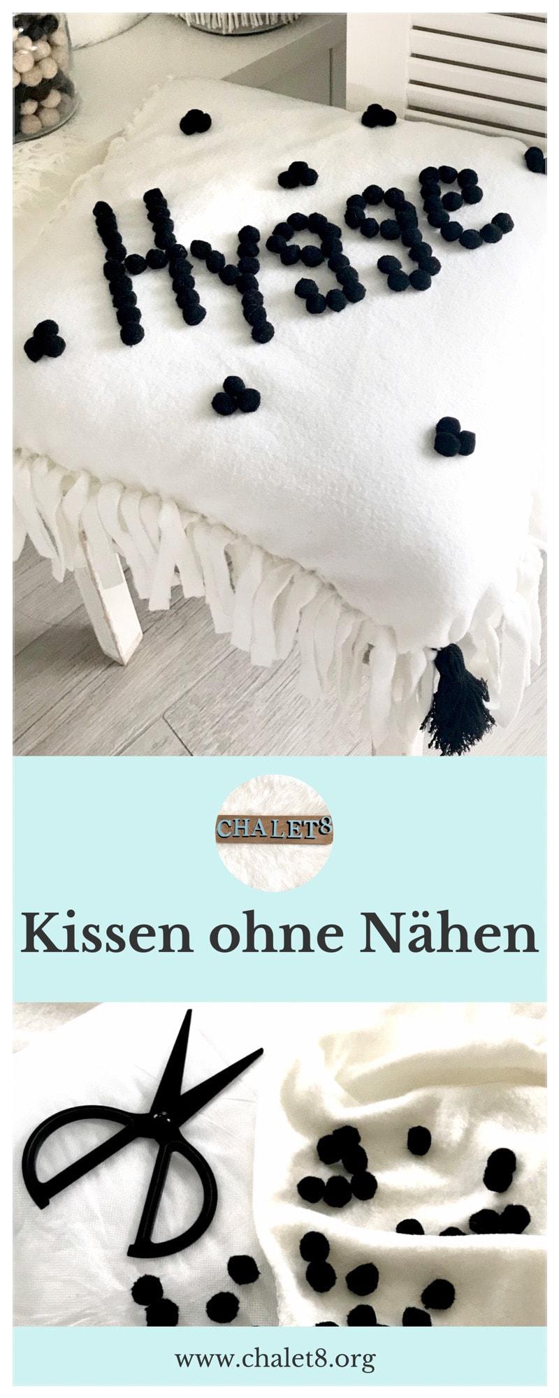 Hyggeliges Kissen ohne Nähen selber machen, Kissenbezug ohne Nähen mit Pom Poms selbst gestalten, Einfaches Kissen DIY, No-Sew Kissen basteln. #Chalet8, #Kissen #nosew #DIYkissen #hygge