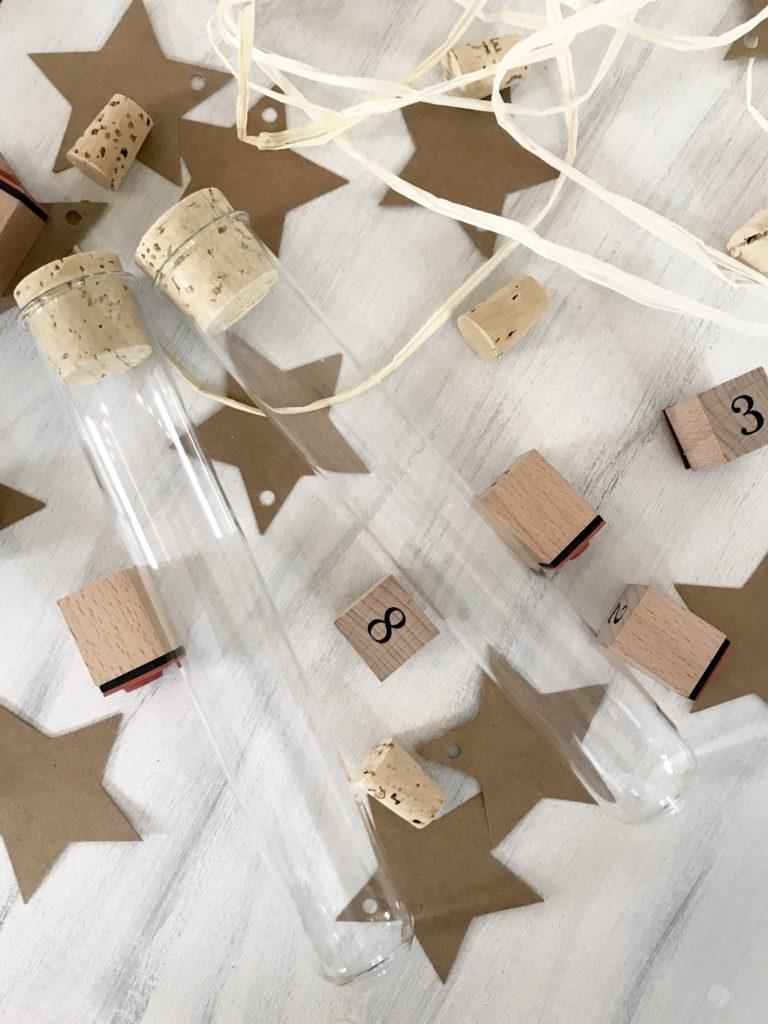 DIY: Adventskalender basteln für Paare. Adventskalender Idee für Erwachsene ohne Schokolade, Zucker oder Plastik, sondern mit Reagenzgläsern und Liebesbotschaften. Damit versüßt ihr euch den Advent und den Winter. #chalet8 #adventskalender #advent #adventskalenderbasteln