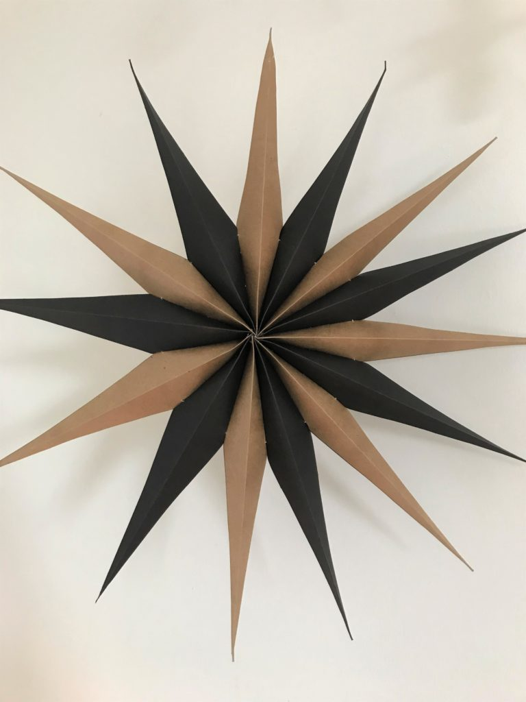 DIY Papierstern aus Kraftpapier in schwarz und natur. Wanddeko.