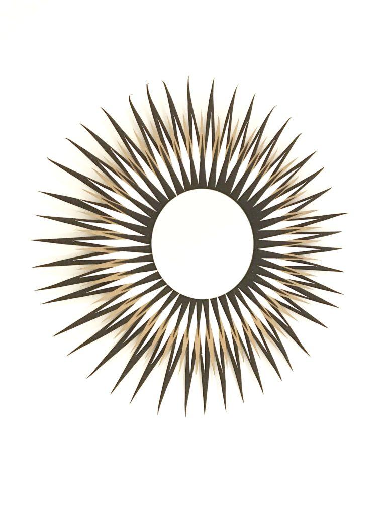 Chalet8 DIY Sonnenspiegel. Runden Spiegel mit Tonpapier verschönern. Wandspiegel selber basteln. Boho Style Spiegel. Boho Deko für die Wand #Wandspiegel #Sonnenspiegel #Chalet8