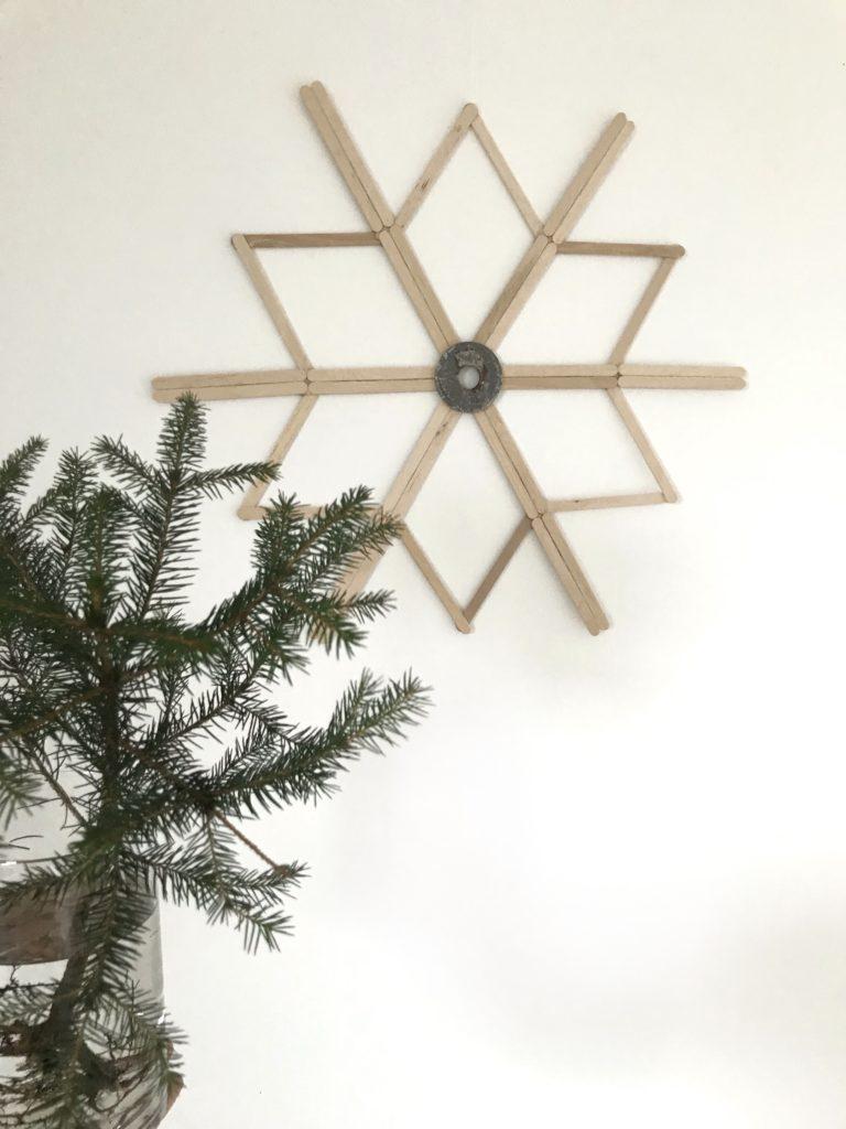 DIY Stern aus Eisstiel basteln. Schönen Winter Stern selber machen aus Holzspatel. Advent und Winterdeko selber machen.