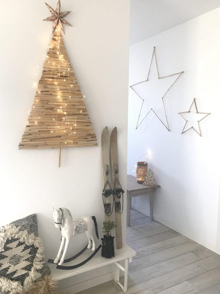 DIY: Alternativen Weihnachtsbaum basteln mit Bambus. Nachhaltiger Tannebaum an der Wand. Winterdeko mit Bambus. #chalet8, #bambus #Tannenbaum #Weihnachtsbaum #Weihnachtsdeko