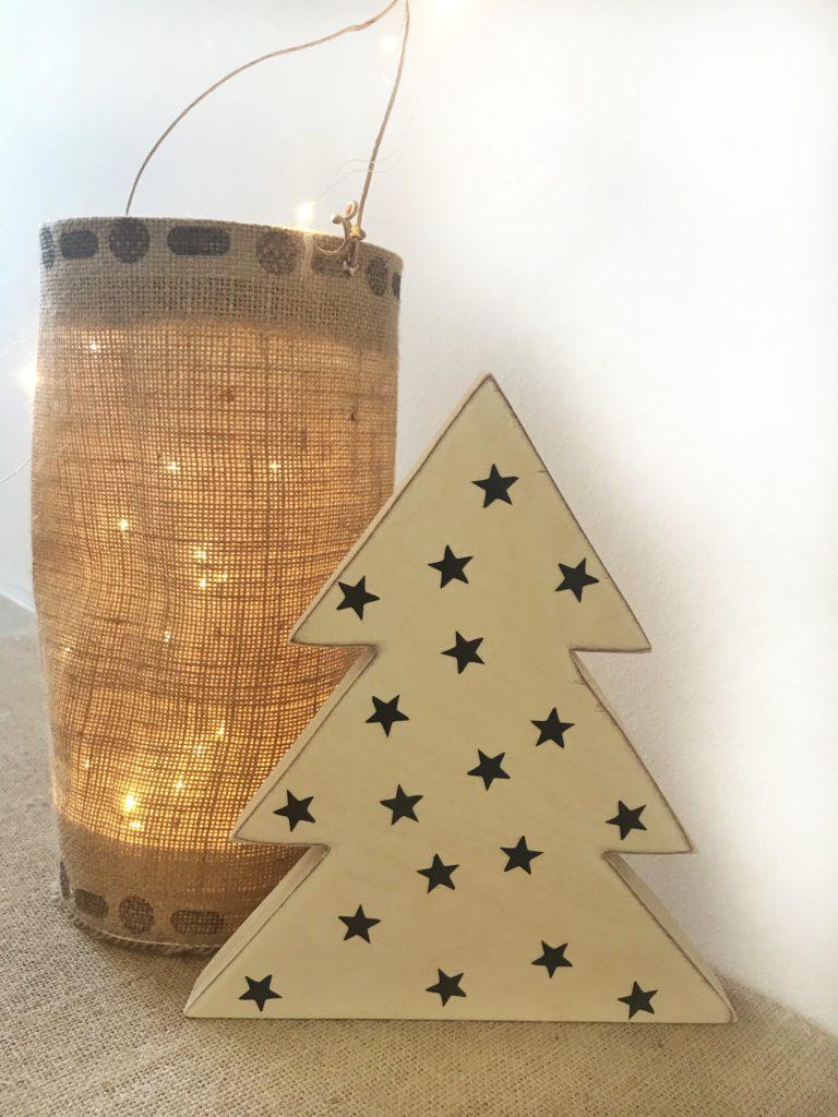 DIY Tanenbaum aus Holz mit schwarzen Sternen (Aufklebern) und DIY Laterne aus Jute. #chalet8 #tannenbaum #weihnachtsbaum #laterne #winterdeko